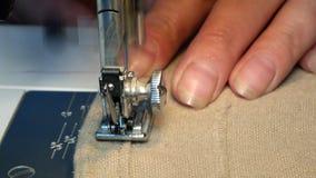 Конец вверх по видео швейной машины - зашейте платье в фабрике ткани видеоматериал