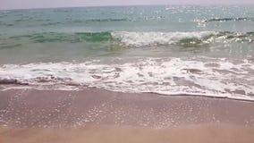 Конец вверх по волне моря Волна моря воды песочная Желтый пляж океана моря песка и чистой воды в утре акции видеоматериалы