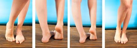 Конец вверх по женщине с зудящими ногами использует его большой палец ноги для того чтобы поцарапать его другая нога на деревянно стоковое фото rf