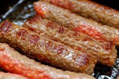 Конец вверх по зажаренным домодельным сосискам мяса Малая глубина поле стоковое изображение rf