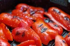Конец вверх по зажаренным сладким болгарским перцам Макрос овоща Малая глубина поле стоковые изображения rf