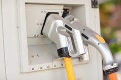 конец вверх по зарядной станции электрического автомобиля Станция заряжателя гибридного автомобиля электрическая в автостоянке стоковое фото rf