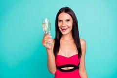 Конец вверх по изумительному фото красивое она ее стекла напитка руки руки владением дамы в стиле фанк маленького пьяного золотог стоковая фотография