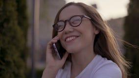 Конец вверх по изумлять фото красивый она ее дама держит телефон оружий рук интересовала заинтересованное любопытным слушает слух сток-видео