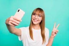 Конец вверх по изумлять фото красивый она ее телефон владением руки руки дамы сделать для того чтобы принять символу v-знака self стоковая фотография rf