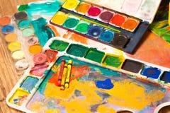 Конец вверх по искусству карандашей поставляет краски для красить и рисовать Стоковые Изображения RF