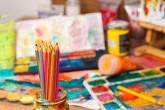Конец вверх по искусству карандашей поставляет краски для красить и рисовать Стоковое Изображение RF