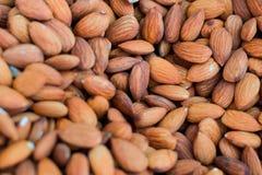 Конец вверх по коричневым органическим гайкам миндалин здоровая естественная еда стоковые изображения