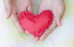 Конец - вверх по красным бумажным сердцам на руках женщин Стоковые Фотографии RF