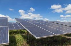 Конец вверх по массиву строк поликристаллических фотоэлементов или photovoltaics кремния в электрической станции солнечной энерги стоковые изображения rf