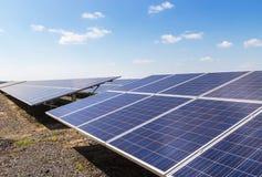 Конец вверх по массиву строк поликристаллических фотоэлементов или photovoltaics кремния в повороте электрической станции солнечн стоковое изображение rf
