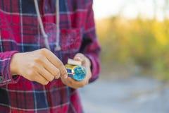 Конец вверх по молодому счастливому подростку облегчить фейерверк в парке улицы на летний день f стоковая фотография