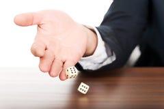 Конец вверх по мужской руке с dices на двойных sixes Стоковое Изображение RF