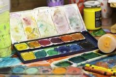Конец вверх по натюрморту рисовал краски поставек искусства для красить и рисовать Стоковая Фотография