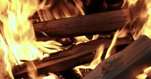 Конец вверх по пламенам костра располагаясь лагерем огня сток-видео