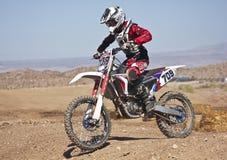 Конец вверх по практикам гонщика Motocross на парке САРЫ Стоковое Изображение