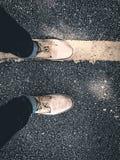 Конец вверх по прогулке ботинок на пути стоковое изображение rf