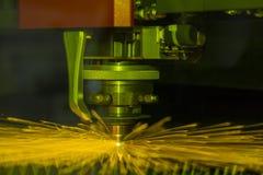 Конец вверх по промышленному лазеру и вырезывание плазмы стального листа или металлического листа с искрами летают стоковое изображение