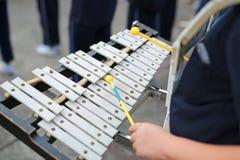 Конец вверх по рукам играя колокол-lyra стоковые изображения rf