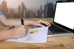 Конец вверх по руке бизнес-леди и портативный компьютер и пишут дальше Стоковые Изображения RF