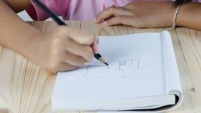 Конец вверх по руке девушки рисует домашнее окно видеоматериал