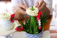 Конец вверх по руке положил гирлянду жасмина на верхнюю часть offeri риса Стоковая Фотография RF