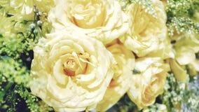 Конец вверх по сладким желтым розам цветет в букете цветка стоковые фото