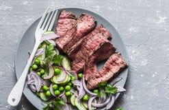 Конец вверх по среднему стейку ростбифа с салатом овоща Здоровое питание сбалансировало еду на серой предпосылке, взгляде сверху стоковое изображение