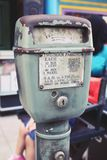 Конец вверх по старому винтажному автопарковочному счетчику на улице стоковое изображение rf