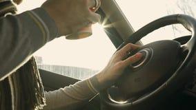 Конец вверх по съемке: водитель имея некоторый кофе от устранимой чашки, который нужно держать его бодрствующей акции видеоматериалы