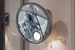 Конец вверх по съемке зеркала увеличителя в ванной комнате Стоковое Изображение RF
