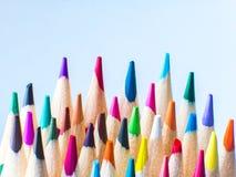 Конец вверх по съемке макроса космоса экземпляра дизайна nibs карандаша кучи карандаша цвета поставляет положение квартиры взгляд Стоковое фото RF