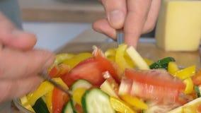Конец - вверх по съемке мужчины вручает перец вырезывания делать салат сток-видео