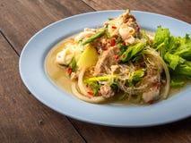Конец вверх по Тайской кухне вызвал Yum Woon Seng или кислый & пряный салат вермишели с кальмарами Еда на деревянной таблице стоковая фотография rf