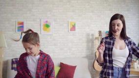 Конец вверх по танцу матери и дочери эмоционально сток-видео
