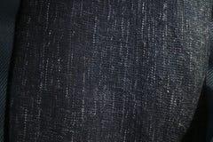 Конец вверх по текстуре одеяла или хода ткани сини военно-морского флота Черные, серые и белые вертикальные flecks стоковые фото