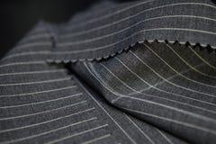 Конец вверх по темноте - серой ткани костюма Стоковая Фотография