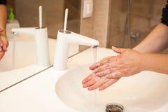 Конец вверх по фото женщины моет ее руки с мылом и водой Стоковая Фотография RF