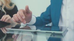 Конец-вверх: польза таблетки Человек на деловой встрече использует ПК таблетки сток-видео
