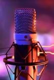 Конец вверх по recordin в реальном маштабе времени микрофона и оборудования конденсатора студии Стоковые Изображения RF
