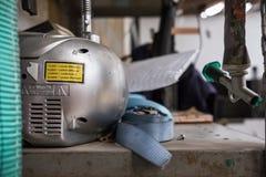 Конец-вверх предупреждающего ярлыка лазера увиденного на заде CD плеера расположенного в мастерской стоковое изображение