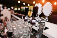 Конец вверх предпосылки крана пива освещает на пабе Стоковое Изображение RF