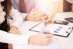 Конец-вверх предпринимателей работая и указывая на документ Стоковая Фотография