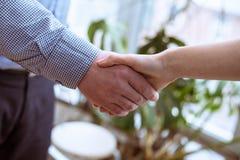 Конец-вверх предпринимателей тряся руки Стоковое Фото