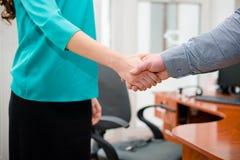 Конец-вверх предпринимателей тряся руки Стоковое Изображение RF