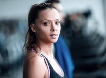 конец вверх привлекательная молодая женщина в спортзале стоковая фотография