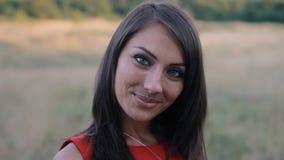 Конец-вверх привлекательной молодой женщины усмехаясь на камере акции видеоматериалы