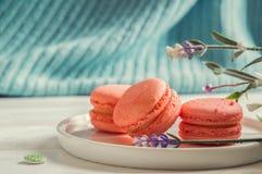 конец вверх Провансаль Коралл цвета живя Яркие сладкие macarons на круглой плите, винтажные кнопки, лаванда стоковая фотография