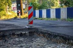 Конец-вверх процесса ремонтировать дорожное покрытие с асфальтом, бамперами обочины стоковое фото