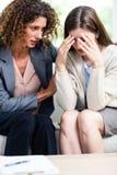 Конец-вверх психолога консультируя подавленная женщина стоковые изображения rf